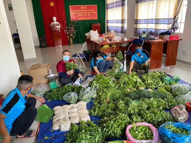 Một đội tình nguyện thanh niên phân phối rau, củ để chuyển đến bà con gặp khó khăn trên địa bàn TP HCM.