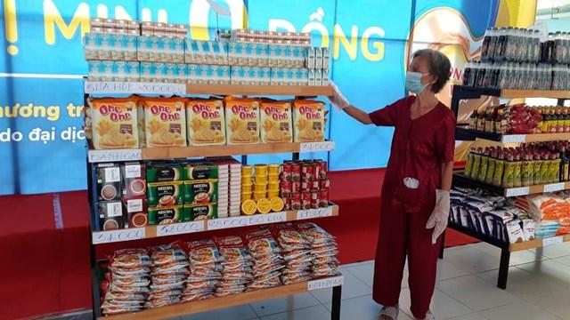 Những ngày này, ở TP HCM nhiều siêu thị 0 đồng và gian hàng 0 đồng mọc lên khắp nơi nhằm hỗ trợ những người khó khăn.