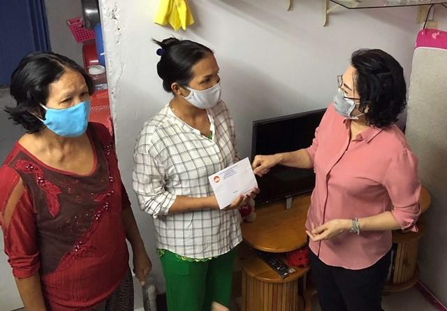 Một hoạt động hỗ trợ người dân bán vé số tại phường 1, quận Phú Nhuận của bà Tô Thị Bích Châu, Chủ tịch Ủy ban MTTQ Việt Nam TP HCM.
