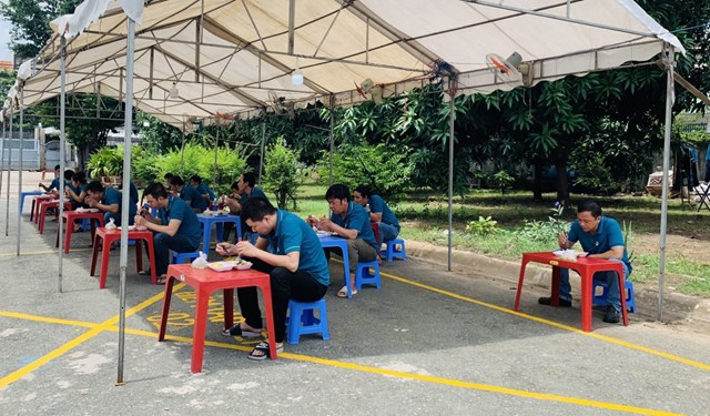 """Công nhân tại một DN đang dùng bữa trưa theo phương án """"3 tại chỗ""""."""
