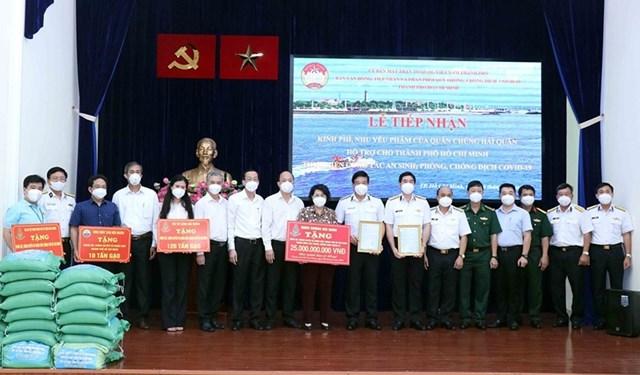 Lãnh đạo Thành ủy và Ủy ban MTTQ Việt Nam TP HCM tiếp nhận ủng hộ.