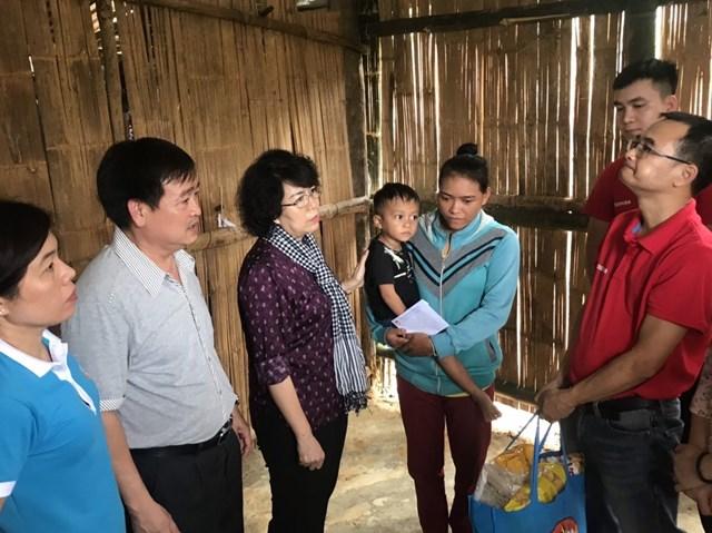 MTTQ TP HCM thăm hỏi, tặng quà một gia đình tại Quảng Ngãi bị ảnh hưởng bởi thiên tai.
