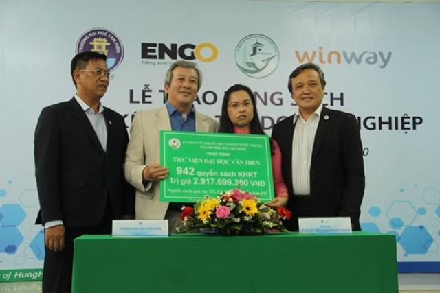 Đại diện UBVNVNƠNN TP trao tặng sách cho trường Đại học Văn Hiến.