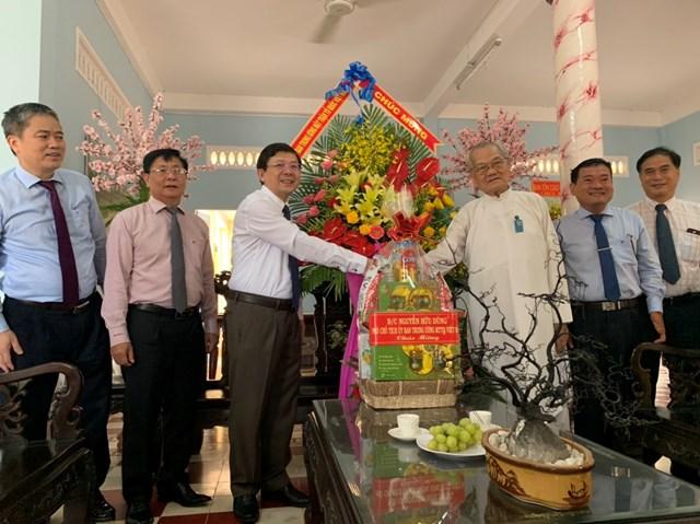Phó Chủ tịch Nguyễn Hữu Dũng thăm và trao lẵng hoa chúc mừng Đầu sư Thượng Tám Thanh.