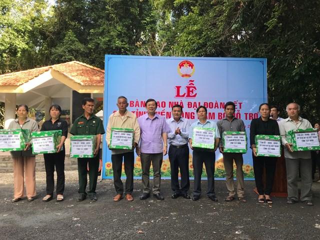 Phó Chủ tịch UBTƯ MTTQ Việt Nam Nguyễn Hữu Dũng cùng lãnh đạo Mặt trận tỉnh Tây Ninh trao quà cho các hộ nghèo.