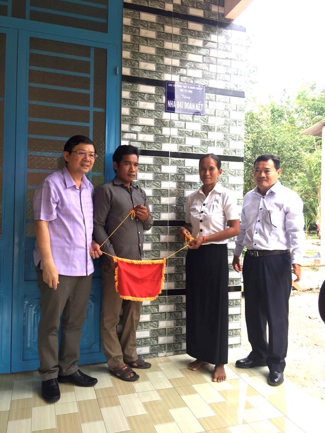 Phó Chủ tịch UBTƯ MTTQ Việt Nam Nguyễn Hữu Dũng cùng lãnh đạo Mặt trận tỉnh Tây Ninh trao nhà Đại đoàn kết tại huyện Tân Châu.