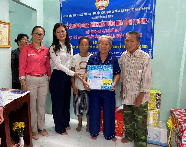 Đại diện Ủy ban MTTQ Việt Nam TP HCM bàn giao nhà tình thương tại quận Bình Thạnh.