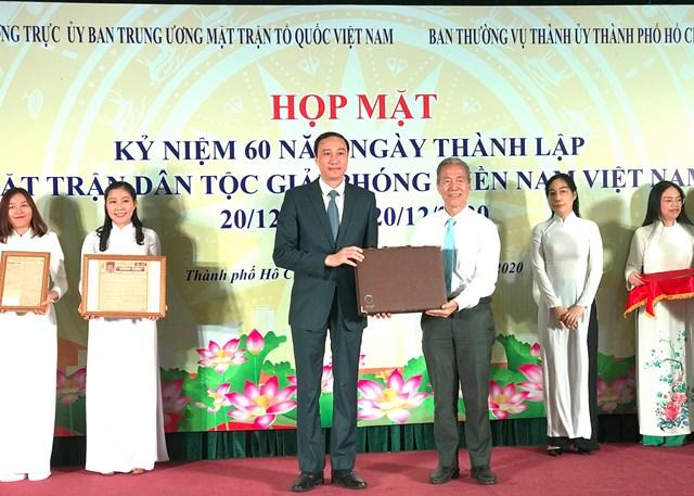 Phó Chủ tịch UBTƯ MTTQ Việt Nam Phùng Khánh Tài tiếp nhận hiện vật hiến tặng cho Bảo tàng MTTQ Việt Nam.