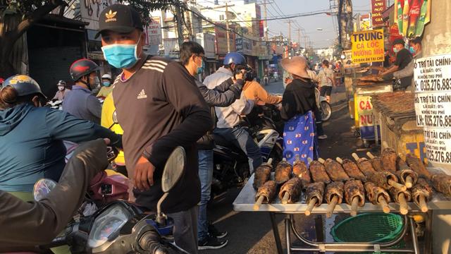 Người dân xếp hàng, chen lấn dừng mua cá lóc nướng. Tại khu vực TP HCM ngày hôm nay, ngoài khu vực đường Tân Kỳ Tân Quý thì nhiều nơi khác cũng có bán cá lóc nướng. Đây là một trong những mặt hàng được nhiều người tìm mua nhất.