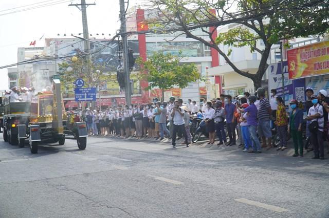 Người dân Bến Tre đứng kín đường tiễn đưa ông Trương Vĩnh Trọng về nơi an nghỉ cuối cùng - Ảnh 2