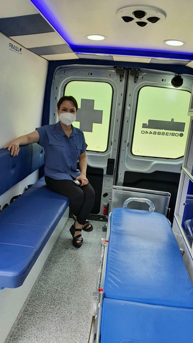 Nghệ sỹ Việt Hương và chiếc xe nhập nguyên chiếc từ Mỹ tặng ông Hải.