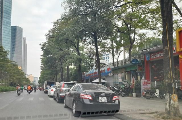 Vỉa hè, lòng đường được hai nhà hàng Thế giới Hải sản và Gà Bảo Ngọc trưng dụng làm bãi đậu xe, gây cản trở giao thông