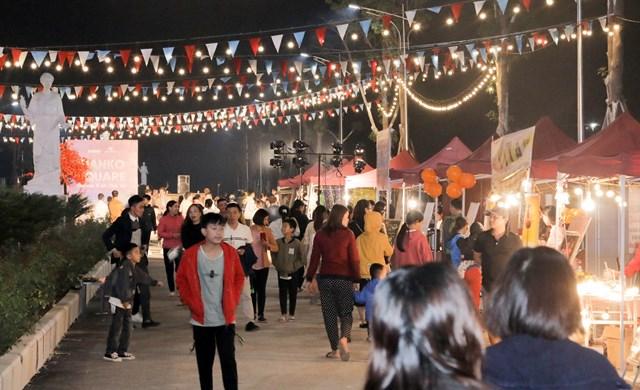 Lễ hội thu hút đông người đến tham quan, mua sắm.