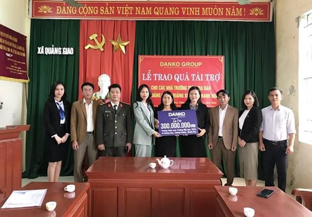 Đại diện Tập đoàn Danko trao tài trợ Quỹ học bổng Danko cho các nhà trường trên địa bàn xã Quảng Giao.