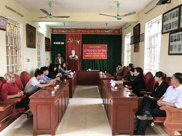 Toàn cảnh buổi lễ trao quà tài trợ cho các nhà trường trên địa bàn xã Quảng Giao.