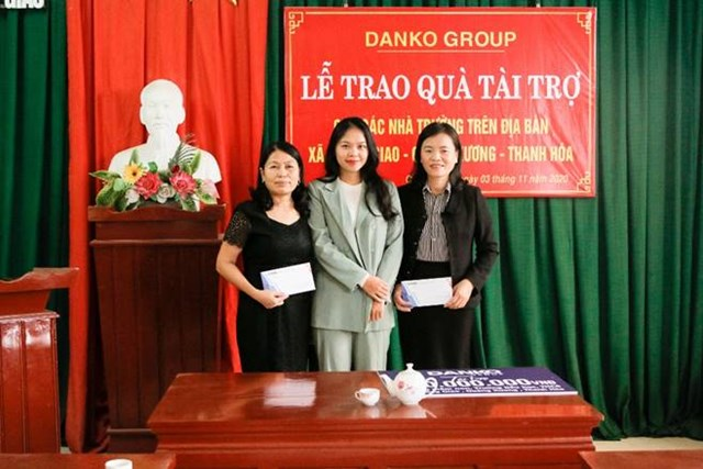 Đại điện các nhà trường nhận quà tài trợ.