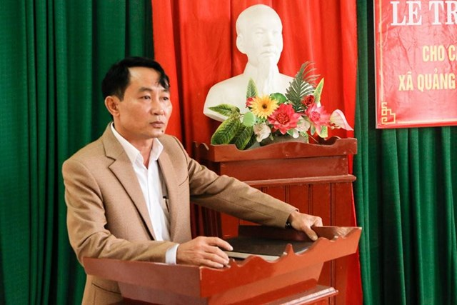 Ông Văn Doãn Chung, Chủ tịch UBND xã Quảng Giao chia sẻ tại lễ trao tài trợ.