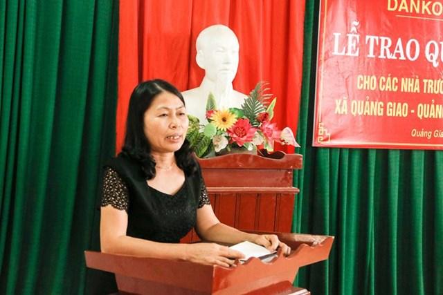 Cô giáo Nguyễn Thị Liên, Hiệu trưởng Trường tiểu học và THCS Quảng Giao chia sẻ niềm vui khi nhận Quỹ học bổng Danko.