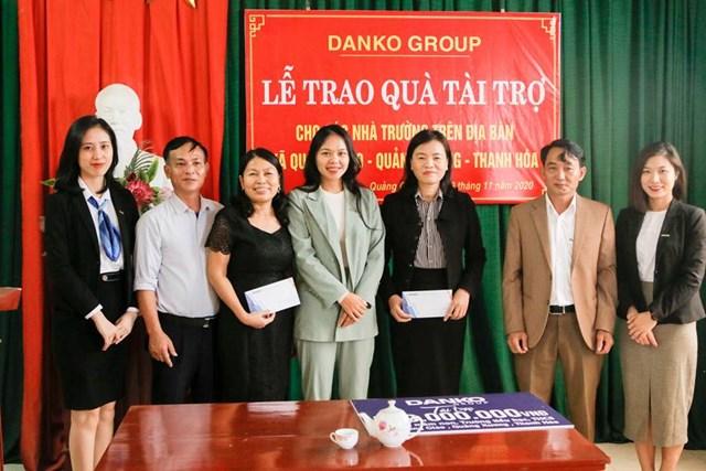 Đại diện UBND xã Quảng Giao và các nhà trường lên nhận quà tài trợ.