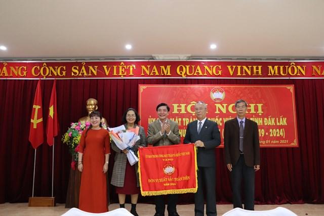 Ủy ban MTTQ Việt Nam tỉnh Đắk Lắk đón nhận Cờ thi đua xuất sắc toàn diện.