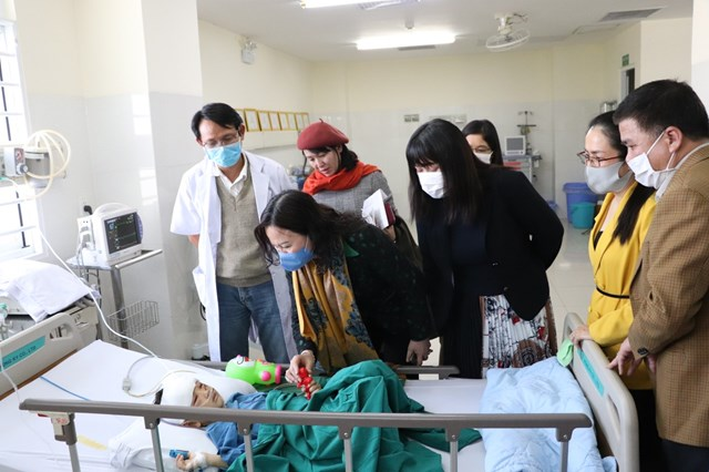 Thứ trưởng Bộ GD&ĐT Ngô Thị Minh thăm hỏi, hỗ trợ cháu bé.
