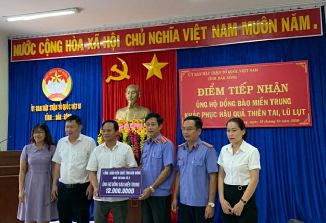 Ủy ban MTTQ Việt Nam tỉnh Đắk Nông tiếp nhận tiền hỗ trợ miền Trung.
