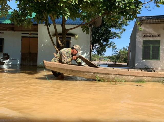 Nhiều người phải sử dụng thuyền để di chuyển.