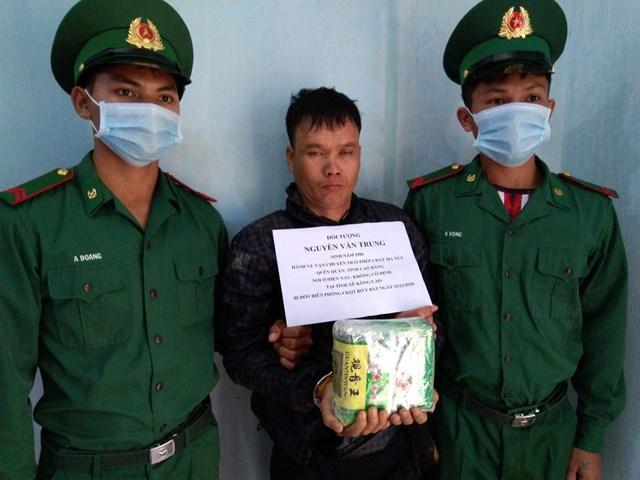 Đối tượng Nguyễn Văn Hùng(tên thường gọi Nguyễn Văn Trung) bị bắt khi đang vận chuyển 1kg ma túy.