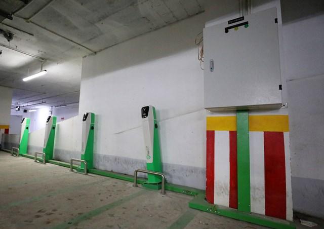 Các trụ sạc xe điện lắp đặt tại tầng hầm một khu chung cư tại Hà Nội.