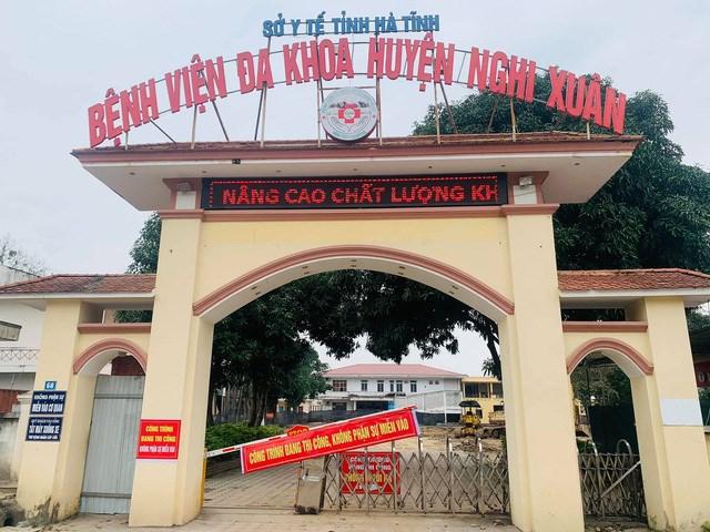 Hai mẹ con bà T. được cấp cứu tại Bệnh viện đa khoa huyện Nghi Xuân.