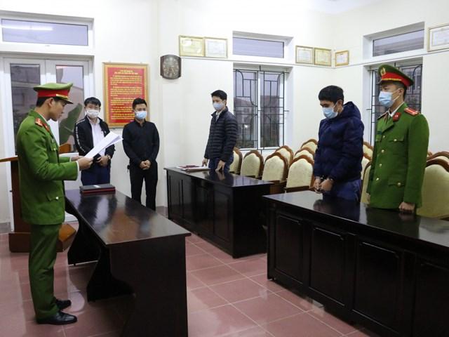 Cơ quan CSĐT đọc lệnh bắt giam đối tượng Thân Nhật Thắng.