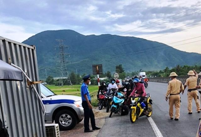 Công nhân ở vùng dịch đi xe máy về Hà Tĩnh rất đông.