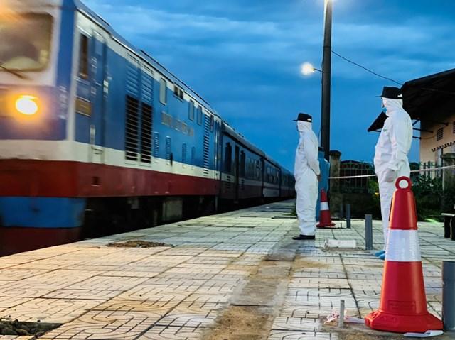 Chuyến tàu hạnh phúc cập bến ga Yên Trung.