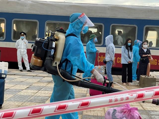 Khử khuẩn tại ga tàu.