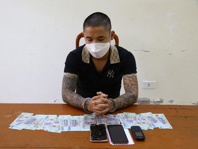 Phùng Việt Trinh cùng tang vật vụán.