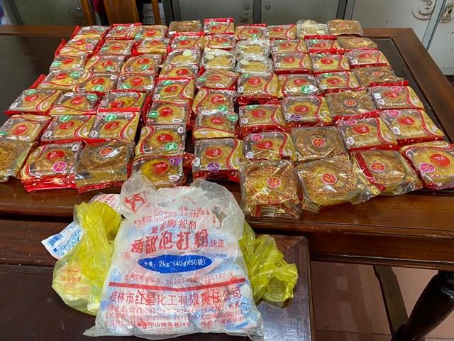 Bao bì đựngnguyên liệu được cơ sở Quân Thịnh sử dụnglàm bánh in chữ Trung Quốc.Ảnh: CACL.