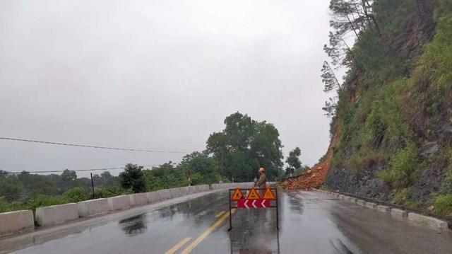 Lực lượng chức năngđặt biển cảnh báo nơi xảy ra sạt lở tại Km29, trên QL8A, đoạn tiếp giáp giữa xã Sơn Châu và xã Sơn Thủy, huyện Hương Sơn.
