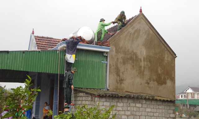 Lực lượng Biên phòng giúp dân lợp lại mái nhà.