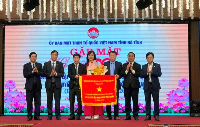 Ủy ban MTTQ tỉnh Hà Tĩnh nhận Cờ thi đua xuất sắc của Chính phủ.