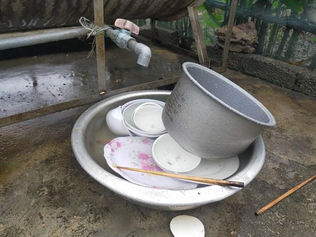 Sau bữa ăn, cả gia đình phải nhập viện, bát đũa chưa được rửa dọn.