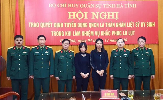 Bộ Chỉ huy Quân sự tỉnh Hà Tĩnh trao quyết định quân nhân chuyên nghiệp cho vợ 2 liệt sĩ.
