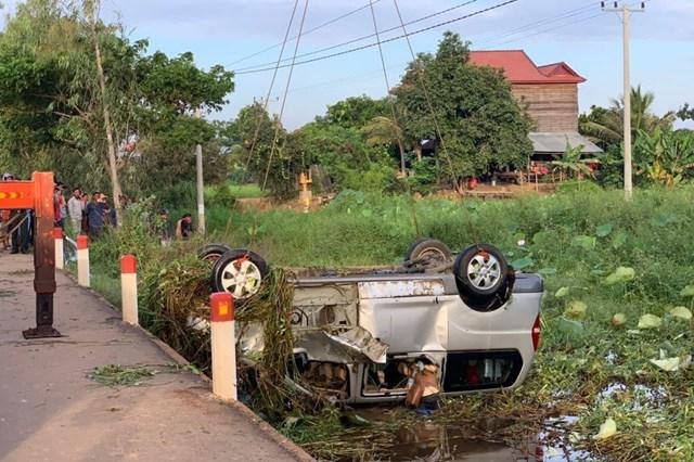 Vụ tai nạn lật xe khách ở Campuchia khiến 11 người Việt Nam thương vong.