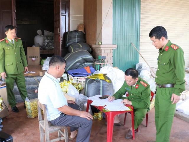 Lực lượng chức năng làm việc với chủ cơ sở.