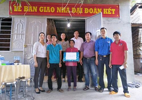 MTTQ xã Đức Thuận, huyện Tánh Linh (Bình Thuận) bàn giao nhà Đại đoàn kết cho hộ nghèo, là bà Thị Phân.