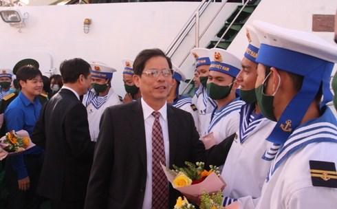 Ông Nguyễn Tấn Tuân, Phó Bí thư Tỉnh ủy, Chủ tịch UBND tỉnh Khánh Hòa, tặng hoa cho các chiến sỹ ra làm nhiệm vụ.