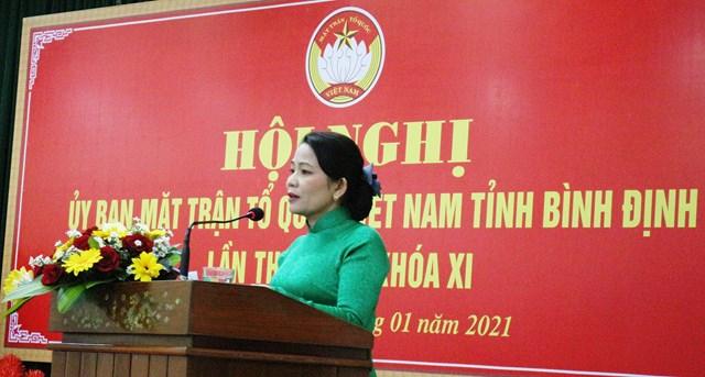 Bà Nguyễn Thị Phong Vũ, Chủ tịch Ủy ban MTTQ Việt Nam tỉnh Bình Định,phát biểu tại Hội nghị.