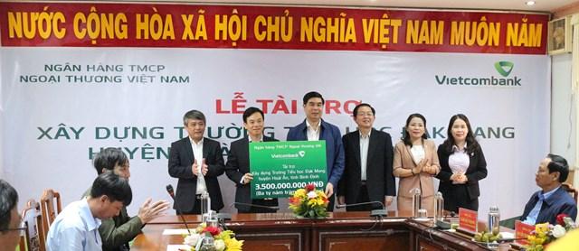 Đoàn công tác lãnh đạo tỉnh Bình Định, tiếp nhận nguồn kinh phí tài trợ 3,5 tỷ đồng của Ngân hàng Vietconbank Việt Nam hỗ trợ xây dựng trường Tiểu học xã Đắk Mang.