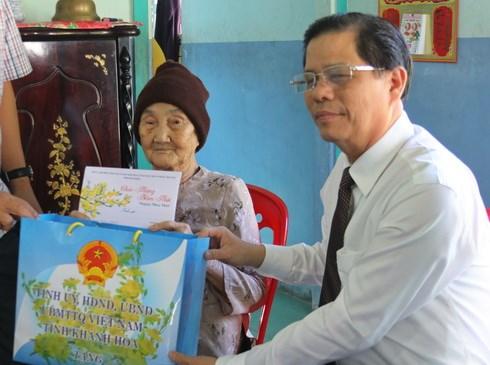 Ông Nguyễn Tấn Tuân, Phó Bí thư Tỉnh ủy, Chủ tịch UBND tỉnh Khánh Hòa chúc Tết, tặng quà gia đình bà Nguyễn Thị Đông, vợ liệt sĩ.