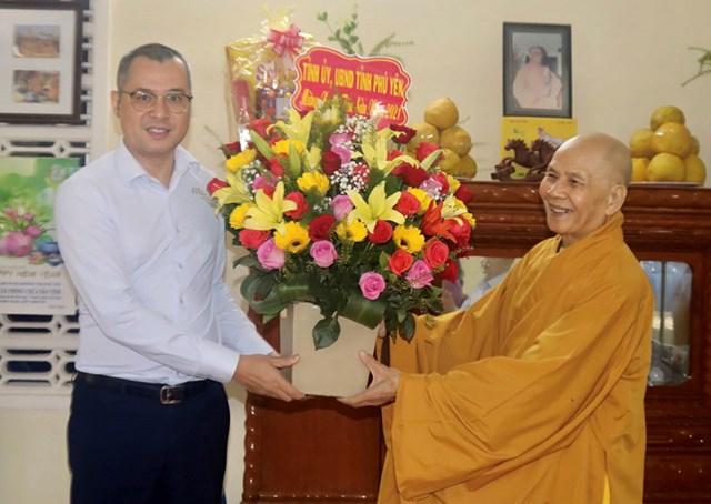 Ông Phạm Đại Dương, Ủy viên Trung ương Đảng, Bí thư Tỉnh ủy Phú Yên thăm, tặng quà Tết Hòa thượng Thích Tâm Thủy.