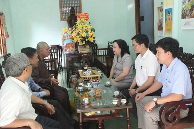Bà Cao Thị Hòa An, Phó Bí thư Thường trực Tỉnh ủy, Chủ tịch HĐND tỉnh Phú Yên, thăm hỏi, chúc Tết Đại đức Thích Nguyên Minh.
